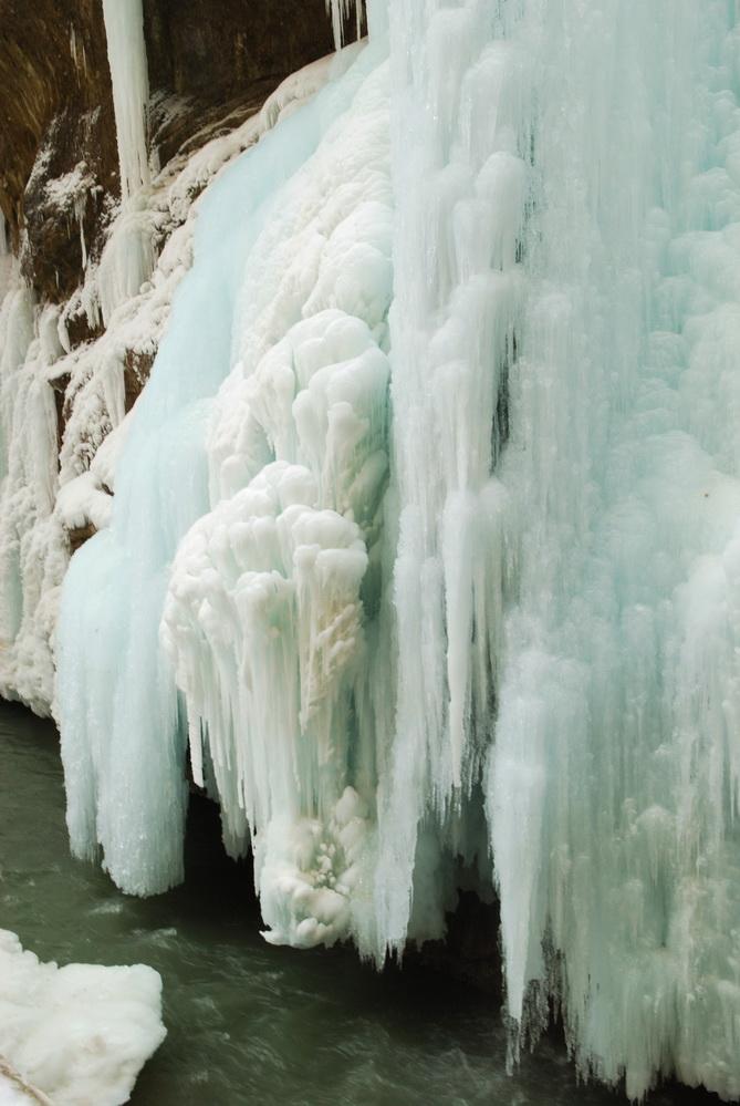 podnojie-vodopada-v-snegu